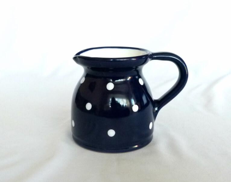 Keramik Milchkrug mit weißen Punkten